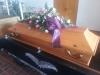 Bestattungsinstitut Rose Pappelsarg Honig mit Sargbuket