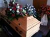 Bestattungsinstitut Rose Kiefernsarg Roma mit Sargbuket