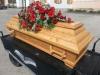 Bestattungsinstitut Rose Lärchensarg mit Sargbuket